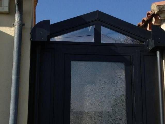 Véranda en aluminium, jonction entre deux corps de bâtiment, à Carpentras près d'Avignon ...